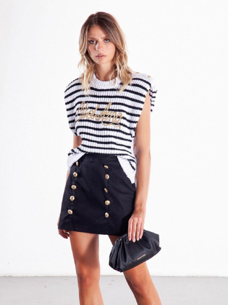 falda mini negra recta con botones dorados