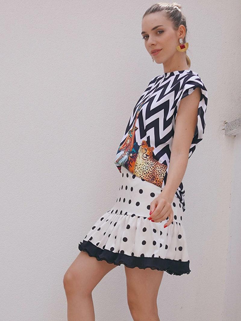 falda corta topos y camiseta blanco y negro