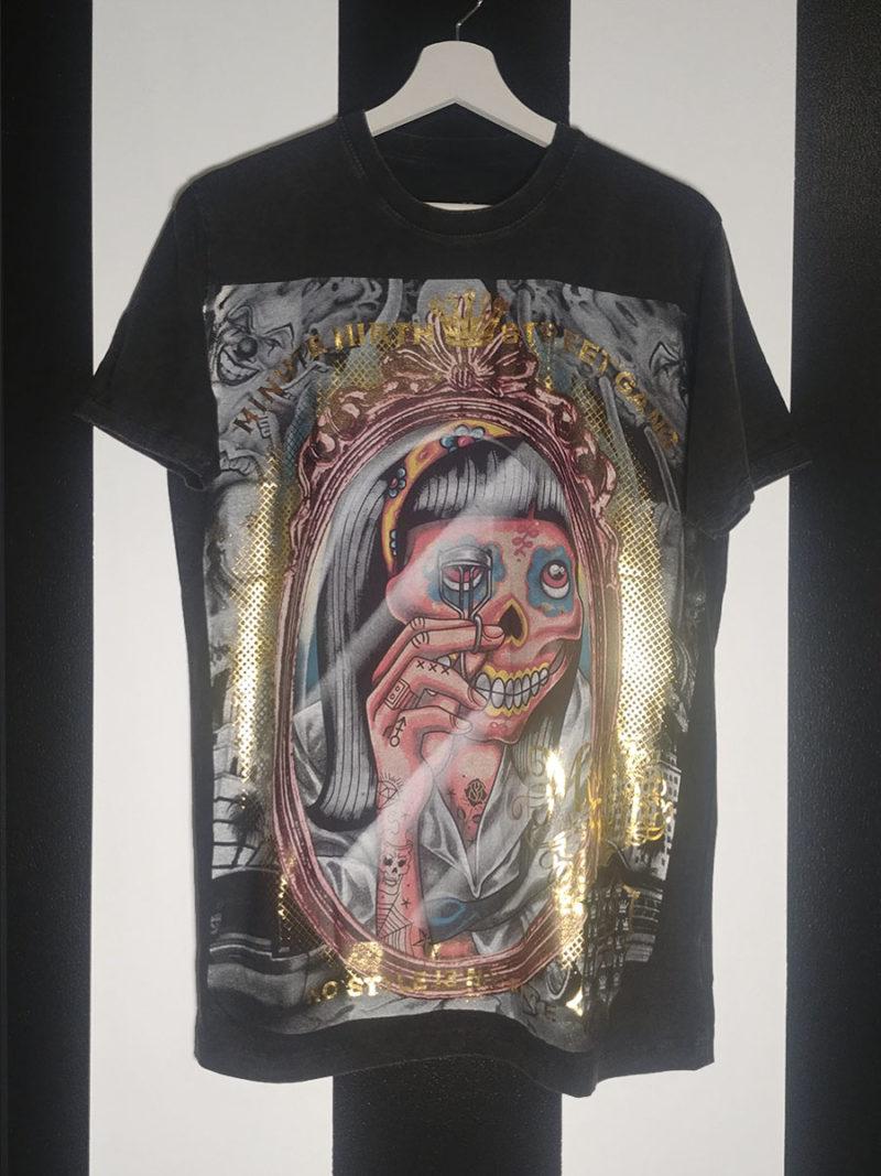 camiseta print all over detalles metalizados calavera negra
